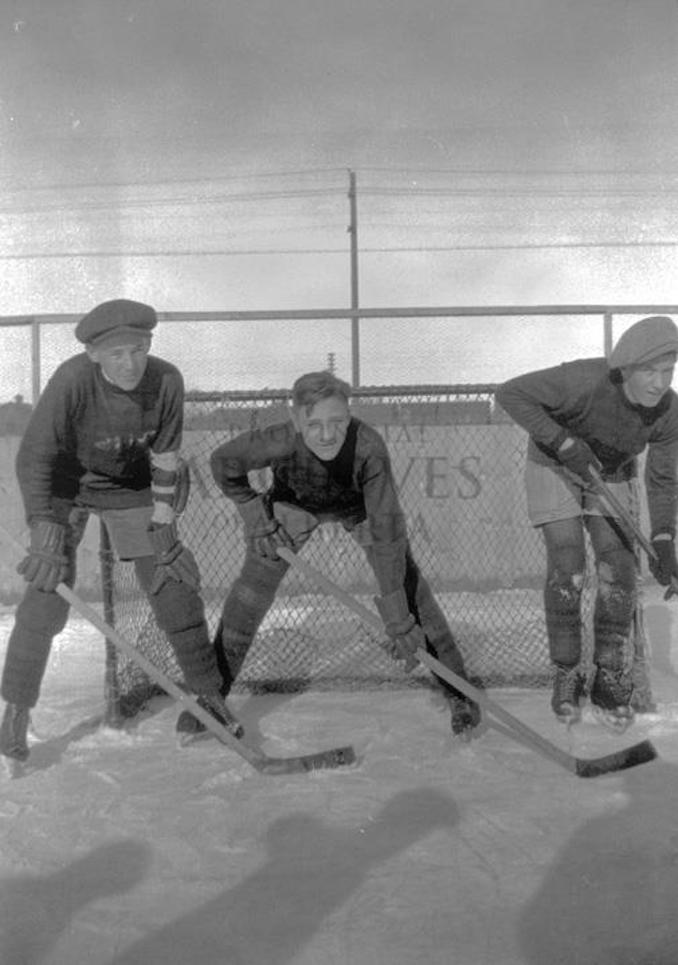 1930? - A7416 - Three unidentified youths with in front of the net