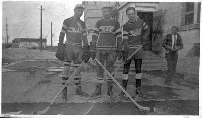 1931 - A6495 - Hockey Players from Collège des Jésuites, Edmonton, Alberta