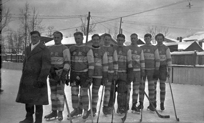 1933 - A2550 - Peace River's hockey team, showing unidentified players in uniform.